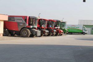 Imagine cu tractoarele folosite pentru a recolta produse naturale AgranoLand.